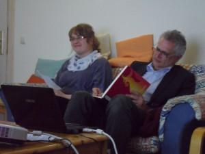Prof. Evers trägt sich in das Gästebuch der ESG ein