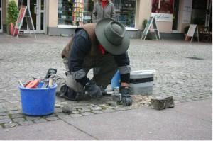 Gunter Demnig bei einer Verlegung in Berlin