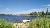 Ein Boot liegt am Ufer des Süßen Sees.