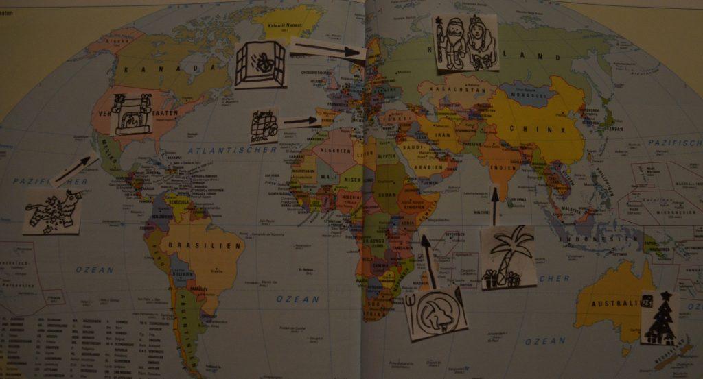 Weltkarte: Markiert mit Traditionen von verschiedenen Ländern (USA mit Socken vor dem Kamin; Mexiko mit Pinata; Spanien mit Lotterie; Schweden Geschenk fliegt zu offenen Fenster herein; Russland Väterchen Frost mit Schneemädchen: Inden mit Geschenken unter der Weihnachtspalme; Kenia mit Ziege auf Essensteller und Australien mit Geschenken am 25.12.