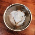 Marzipan mit Puderzucker in einer Schüssel