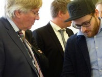 Gründer Jan Roye erklärt dem Minister das Bestellsystem
